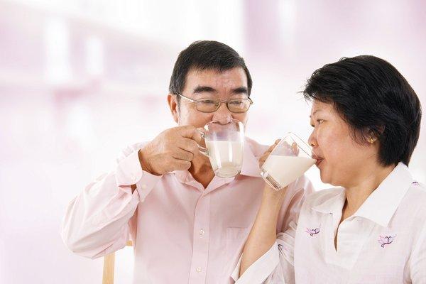 Chọn và sử dụng sữa chống loãng xương cho người già như thế nào 2