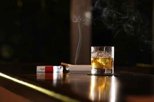 Hút thuốc và uống rượu bia cũng là nguyên nhân dẫn đến bệnh ung thư dạ day